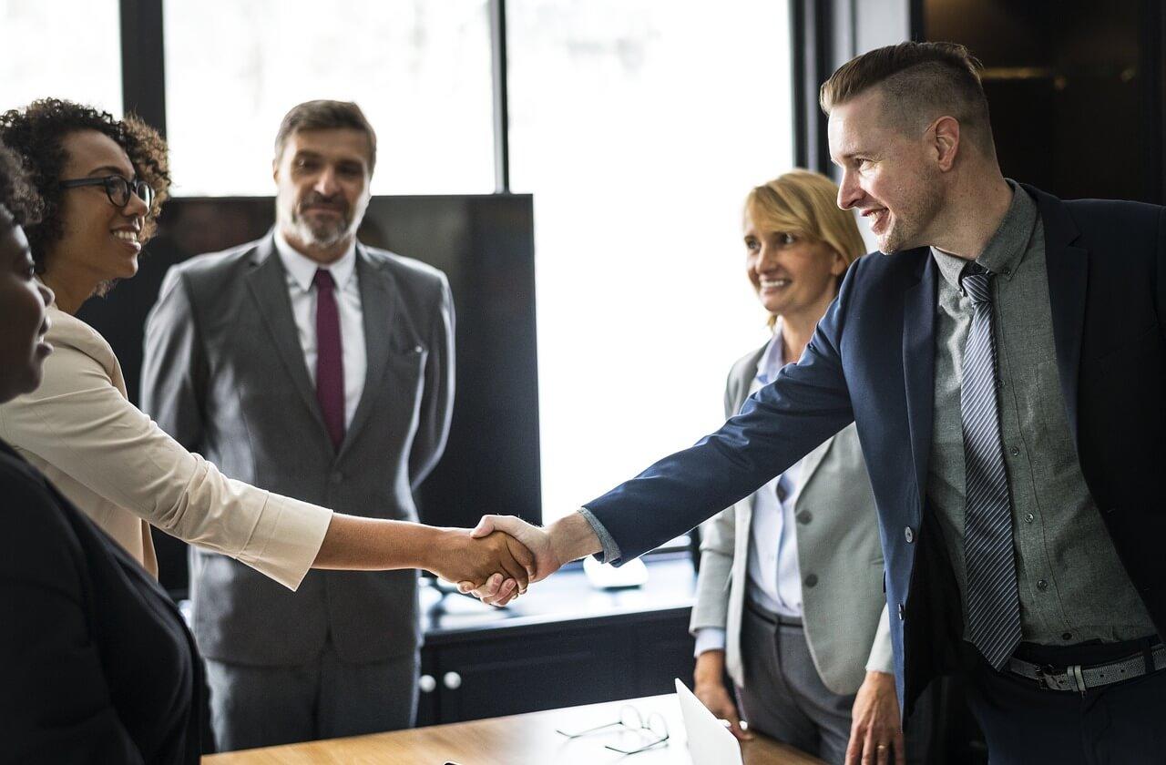 kompanija-rukovanje-sastanak